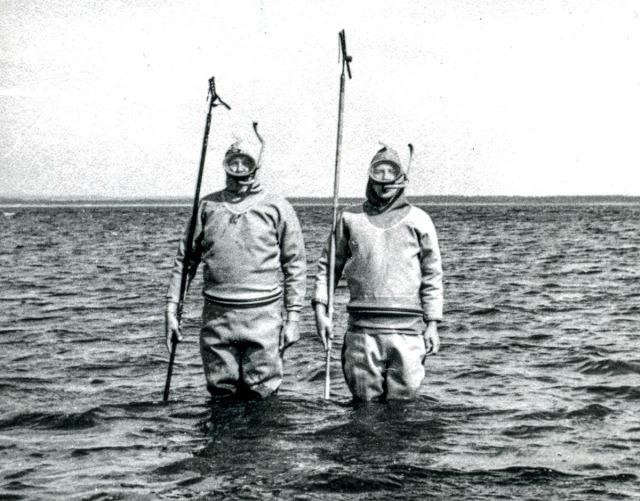Bengt Bengtsson med en kamrat fiskar ål med ålsax vid Skepparkroken på 1960-talet