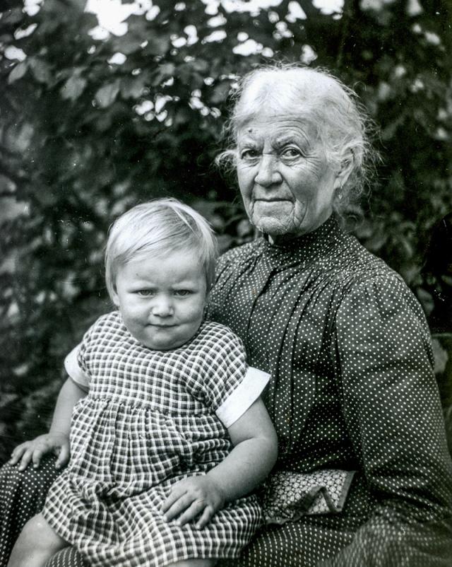 Albertina Hulth med barnbarnet Maja c:a 1935