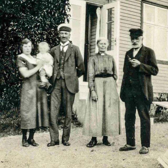Nils och Siri Hulth med dottern Evy samt Anders och Albertina c:a 1923