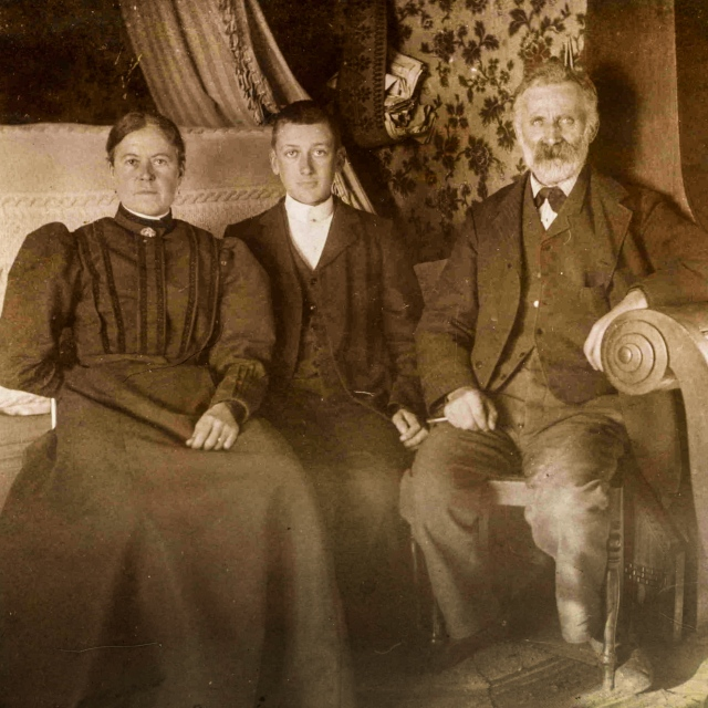 Anders och Albertina Hulth med sonen Nils c:a 1905