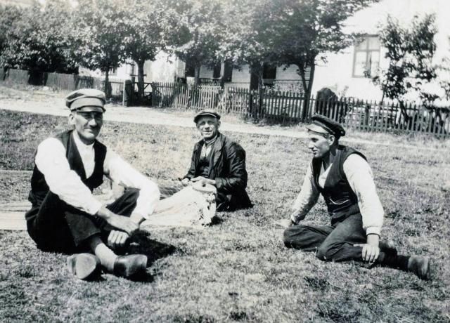 Nils Hulth, Joel Svensson och Sture Hellberg framför Villa Strandbaden c:a 1930