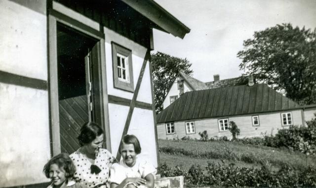 Fru Kihlgren med döttrar c:a 1940