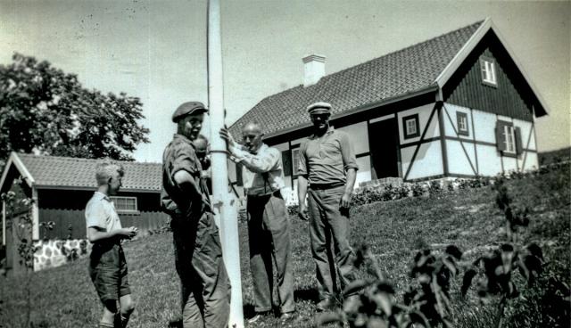 Hans Kihlgren och fiskare Sture Andersson med en av sönerna c:a 1940