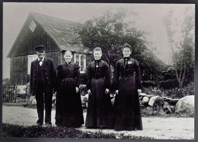 Olof Jönsson med hustru och döttrarna Emma och Beata. 1910-tal.