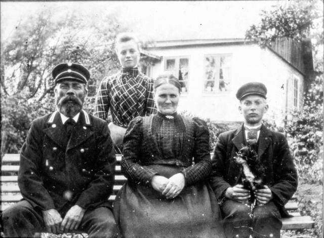Kustvakt Hansson med familj c:a 1890